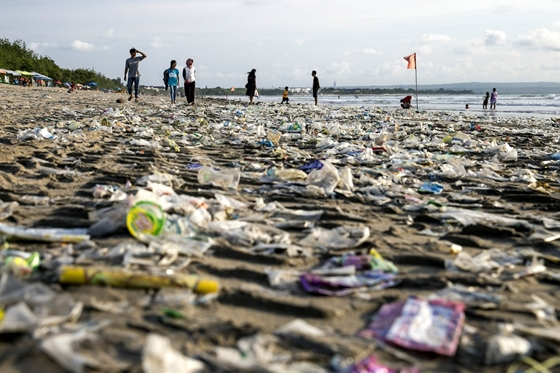 Friss hírek: A műanyag poharak, tányérok, evőeszközök és szívószálak mellett a léggömböket tartó nyelet is eltüntetnék.
