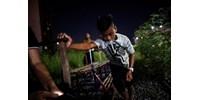 Az életükkel játszanak az összegányolt sínautókkal a manilaiak, megéri? (fotók)