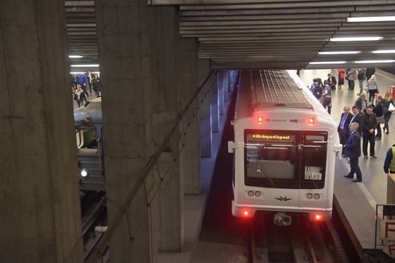 Friss hírek: Eddig nem részletezett körülmények között elgázolt valakit a 3-as metró a Klinikák állomásnál kedd délután 6 óra előtt.