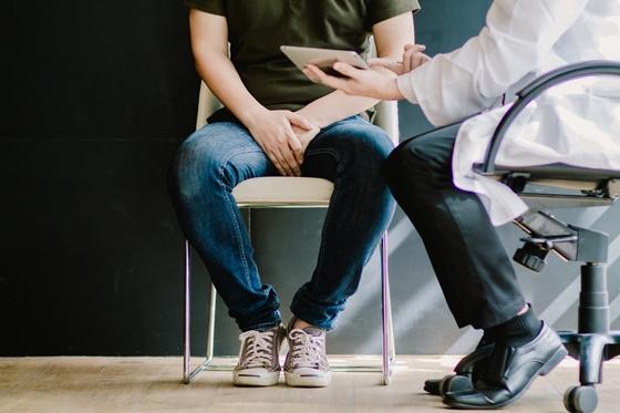 Doktor részt vesz a férfi prosztatitisben Férfi tabletták a prosztatitisekkel