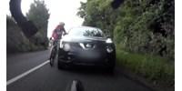 Kerékpáros kontra autós – ijesztő jelenet játszódott le az angliai utakon