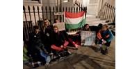 A londoni magyar nagykövetség előtt demonstráltak magyar fiatalok a hajléktalantörvény ellen - fotók