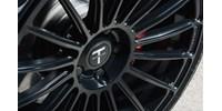 Tesla a benzinkúton – sikerült megtankolni, videó a mutatványról