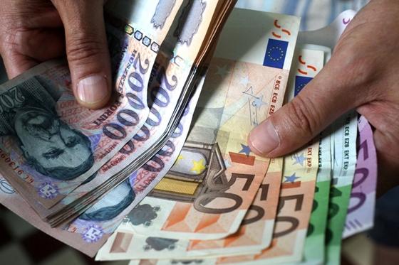 sok pénzt utalni)