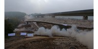 Videón, ahogy felrobbantanak egy 340 méteres völgyhidat Németországban