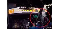 Menet közben esett le a kormánya egy autóversenyzőnek – videó